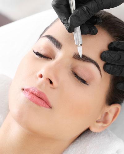 Wimpern- & Augenbrauenbehandlung an einer Frau - Skin & Colour Kosmetikstudio by Dilek in Ingolstadt